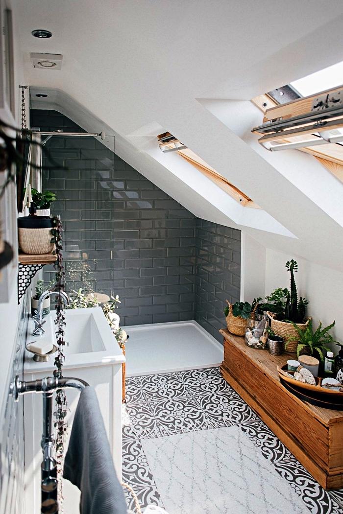 idée d'aménagement sous combles d'une petite salle de bain 5m2 avec baignoire au sol et un joli carrelage métro brillant