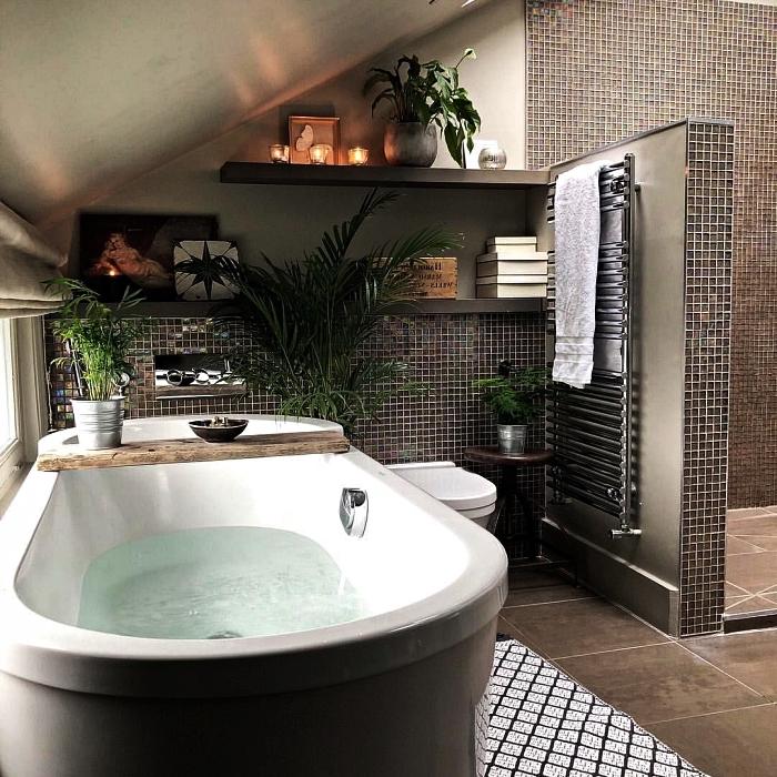 agencement salle de bain de petite surface sous les combles de la maison, revêtement mural en mosaïque dans la salle de bains