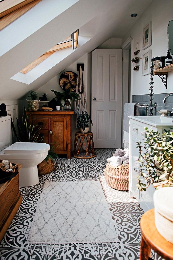 agencement salle de bain sous combles au sol en carreaux de ciment noir et blanc, salle de bains sous combles de style bohème