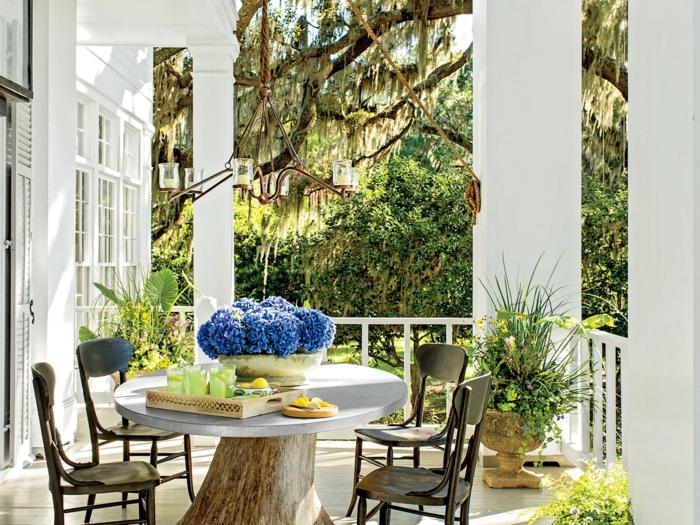 veranda ouverte sur terrasse, table basse blanche, chaises rétro de bois foncé, construire une veranda blanche