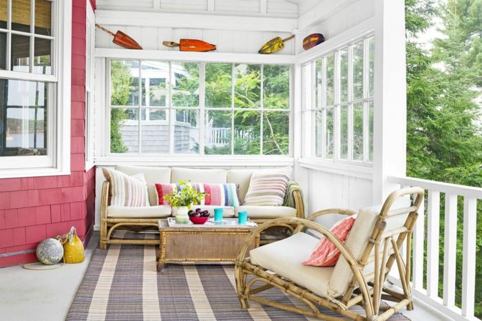 tapis rayé, meubles salon de jardin, deco veranda blanche, veranda semi ouverte