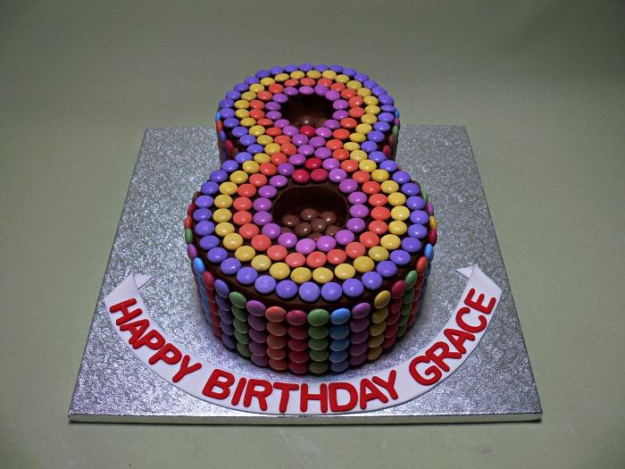 gateau anniversaire chocolat et smarties en forme de chiffre, number cake au glaçage chocolat et smarties