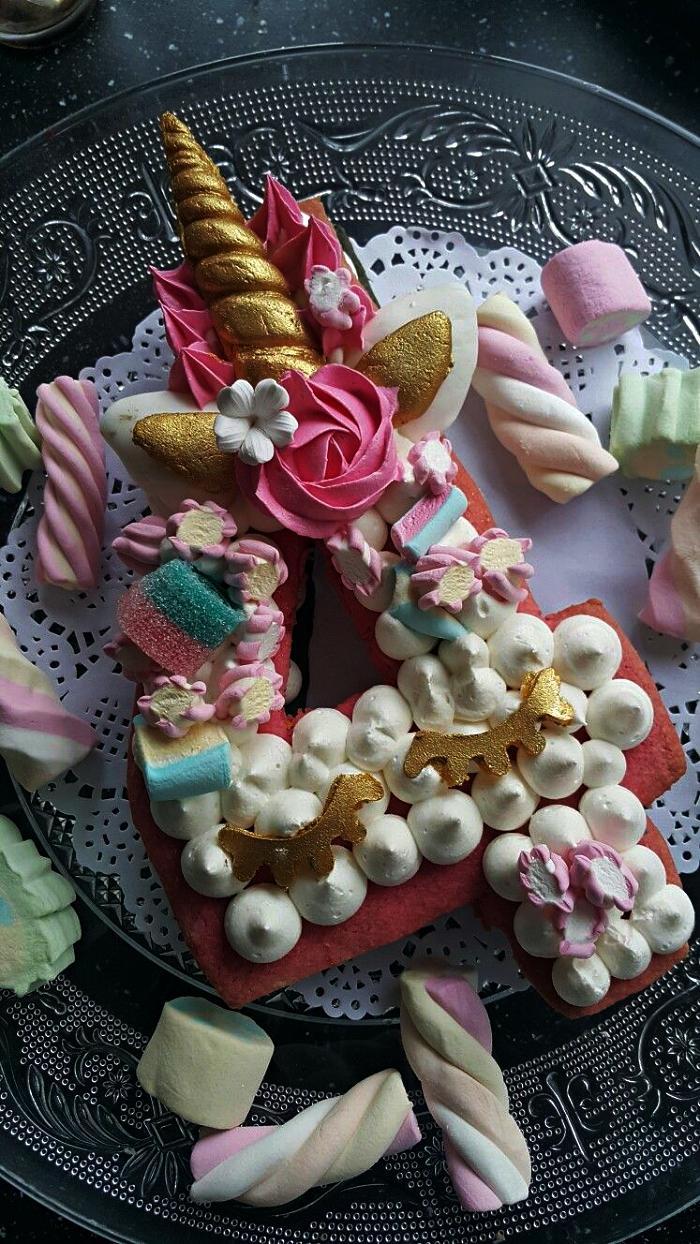 gateau anniversaire simple et beau sur le thème licorne, gâteau licorne en forme de chiffre garni de crème beurre, au décor de confiseries mulitocolores