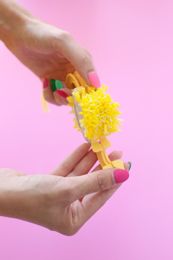 que faire avec des pompons, exemple comment réaliser un pompon, appareils pour faire des pompons, cadeau fête des mères à fabriquer