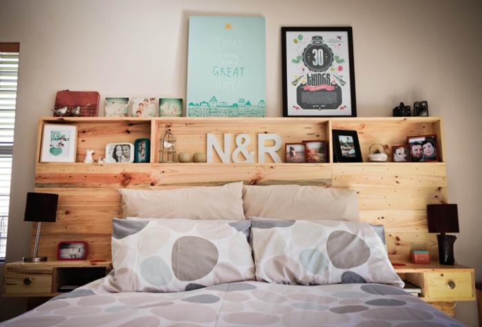 fabrication tete de lit etagere en bois, aménagement chambre à coucher avec meubles diy, modèle tête de lit avec rangement
