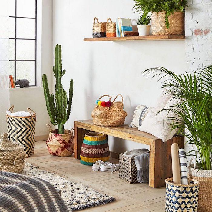Coin déco avec cactus et baskets style oriental, banc et étagère rangement, grand fenetre avec livres sur le rebord, comment bien ranger sa chambre, idée rangement chambre