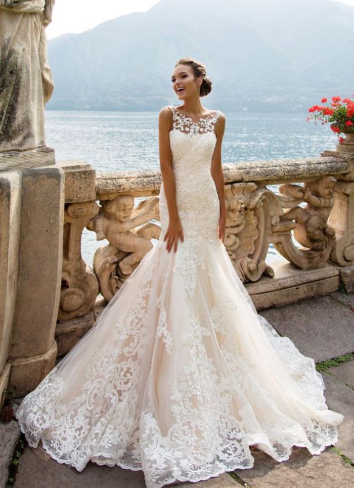 Terrasse avec belle vue de lac en Italie, modele robe de mariee princesse, silhouette classique, femme qui a choisi une robe sirène originale