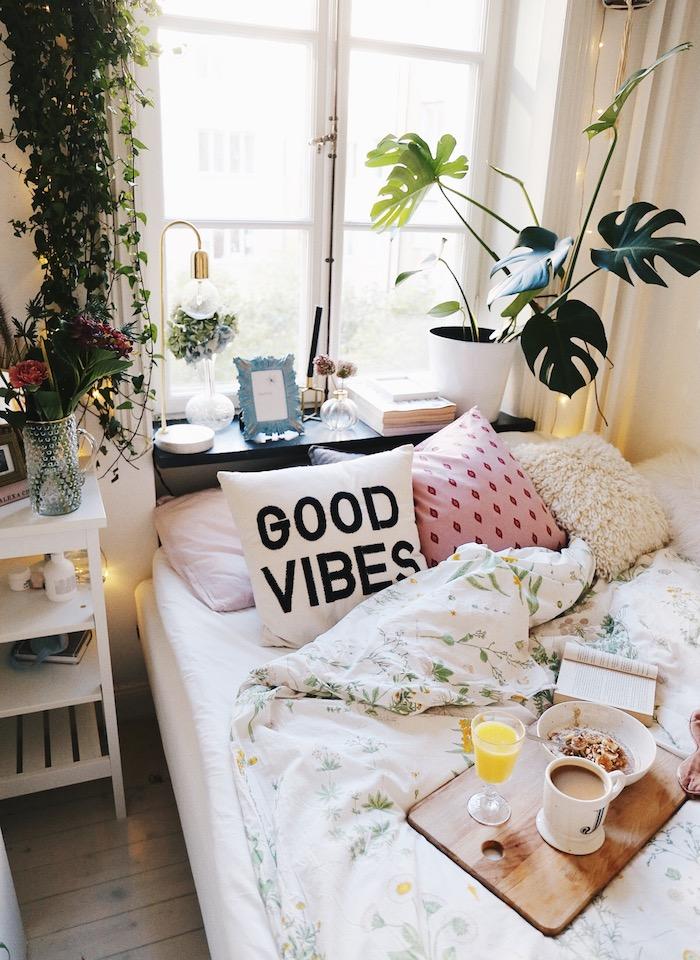 Bohème chambre avec plantes vertes et couverture de lit fleurie, ranger sa chambre ado, comment bien ranger sa chambre style scandinave
