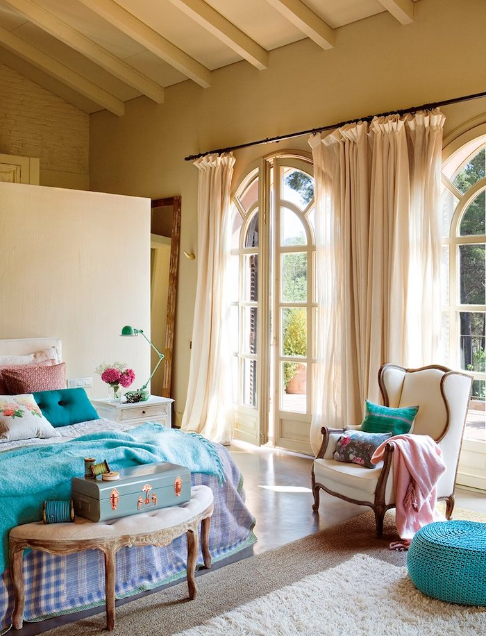 Belle chambre cosy, astuce rangement chambre, comment bien ranger sa chambre, déco bleu et rose, chambre peinture beige, maison de campagne, chambre style rustique chic