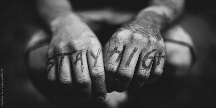 Mains tatoués, chaque doigt un lettre, phrase tatouage, inspiration tatouage avant bras et tatouages sur les doigts ,