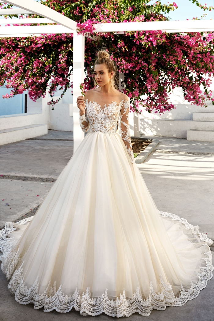 Les princesses dans la vie réel, robe de mariée princesse dentelle, robe de mariée champetre chic, belle femme blonde coiffure chignon, longue robe détaillée