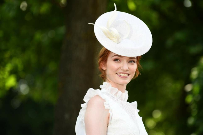 bibi femme mariage, chapeau plat forme ronde avec fleur, col volants, manches avec petits volants