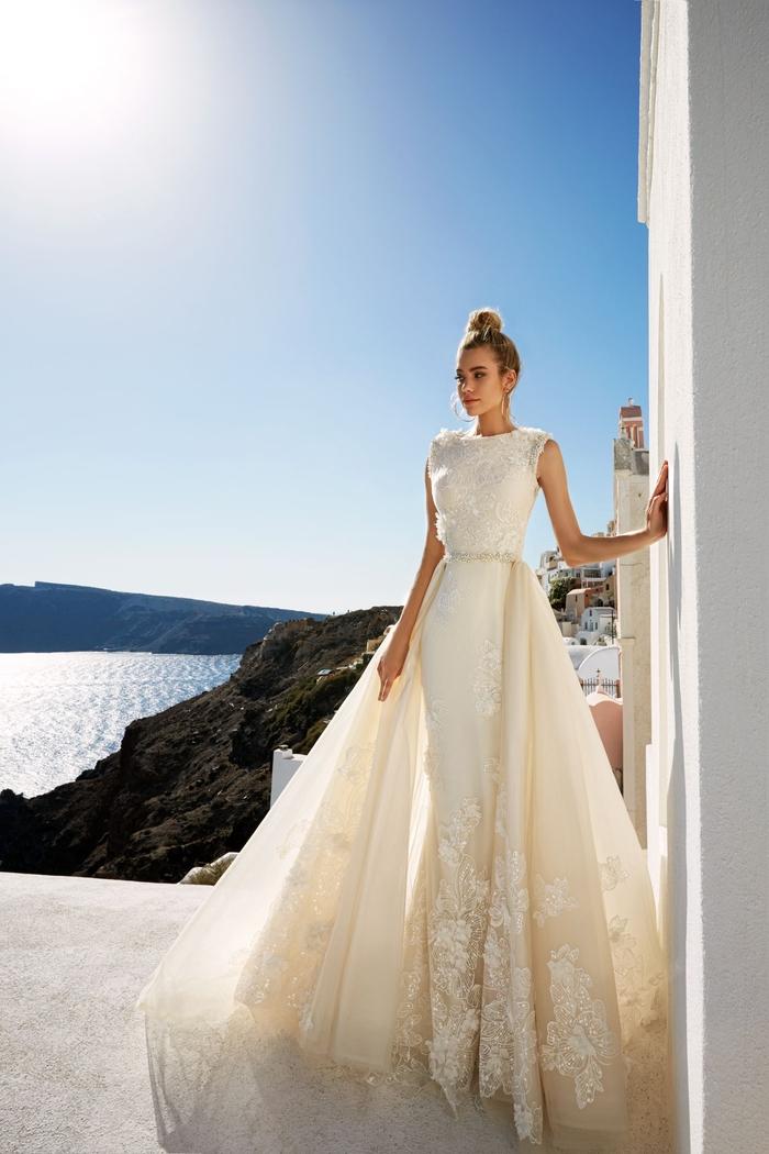 Blanche robe originale avec longue traine evasee et robe de mariee etroite, robe de mariée magnifique bustier, robe mariee de luxe style bal de promo, Santorin Grèce photographie
