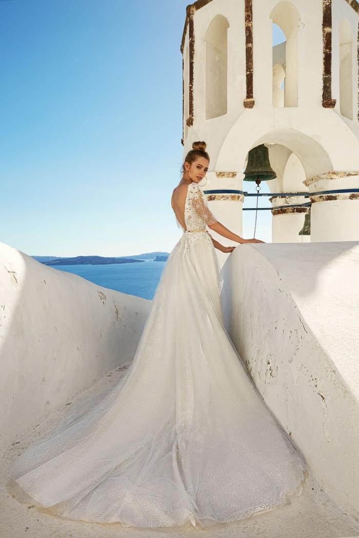 Photographie de mariage Santorin, Grèce, femme au bord de la mer, robe de mariage princesse, mode et beauté pour les jeunes mariées