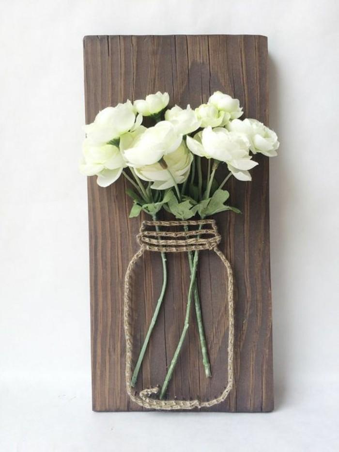 décoration murale bois, vase avec corde et fleurs blanches, faire soi-même une belle déco de mur