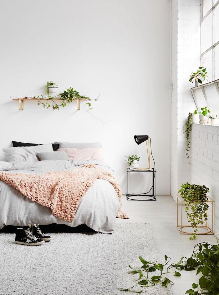 Plantes vertes dans la chambre à coucher blanche et gris avec détailles roses pales, etagere rangement, ranger sa chambre, décoration simple