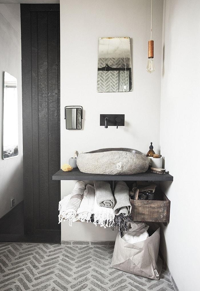 Linge de bain, lavabo pierre, plan de travail salle de bain, cool idée salle de bain blanche et bois, porte noire bois