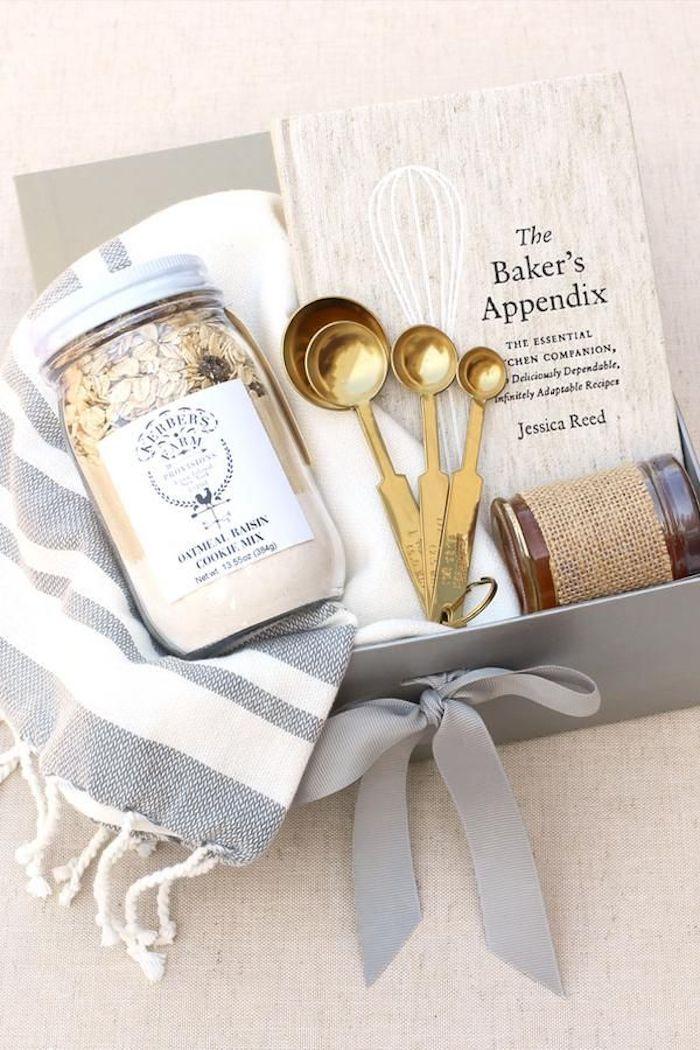 Kit de cuisine cadeau anniversaire de mariage, cadeau mariage original, livre de recettes et produits pour des biscuits