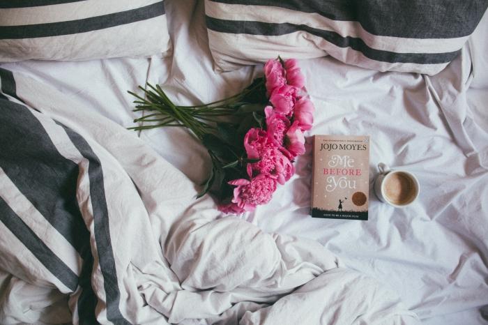 customiser son écran pc avec une photo cocooning, exemple photographie ambiance cozy dans un lit avec livre et café