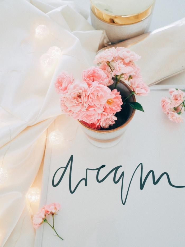 comment personnaliser son écran avec photo stylée, joli fond d écran smartphone avec bouquet de fleurs et lumière romantique