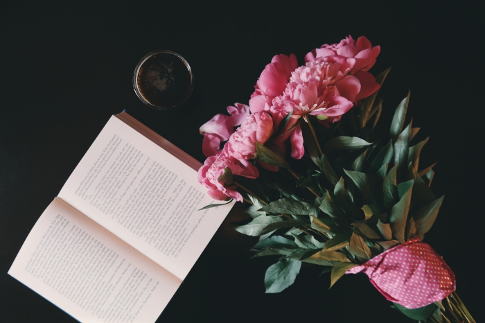 exemple de fond d écran stylé en noir avec livre et bouquet de fleurs roses en avant plan, idée photo stylée pour wallpaper fille