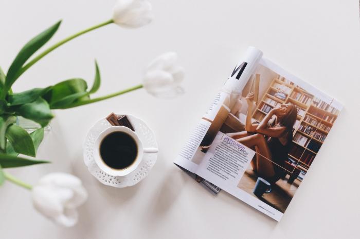 idée fond d écran cool pour customiser son ordinateur, photo café et lecture comme wallpaper pc pour femme