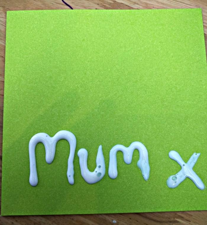 comment faire une carte facile pour la fête des mères dans l'école maternelle, carte de voeux décorée avec de la colle blanche et des paillettes