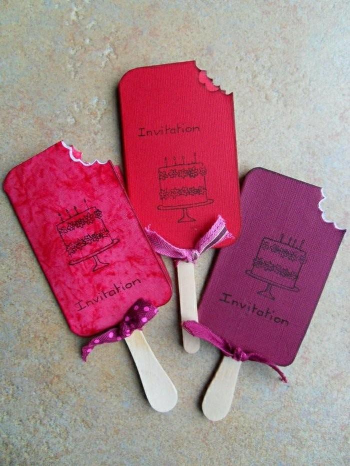 carte d'invitation anniversaire en forme de glace fixée sur un bâtonnet de glace en bois, idée de carte d'invitation anniversaire enfant