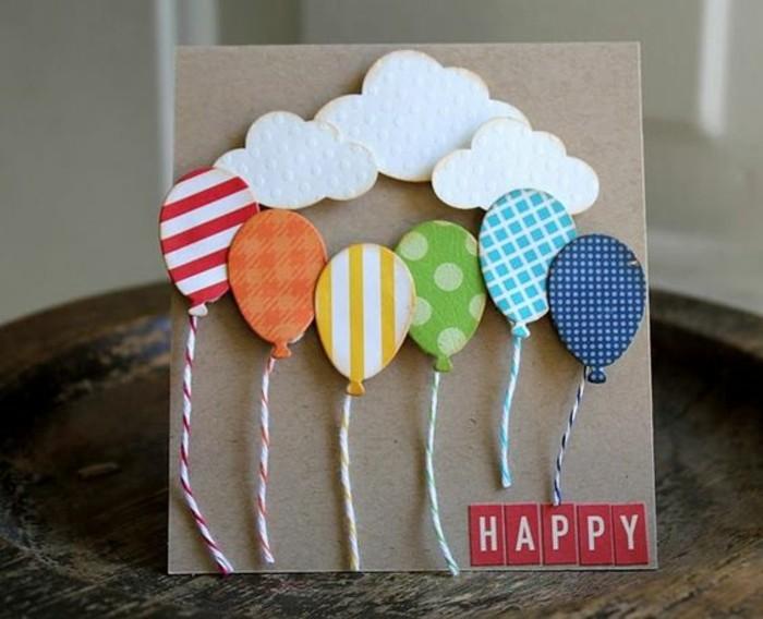jolie carte d'anniversaire en papier kraft décorée de ballons et de nuages en papier cartonné