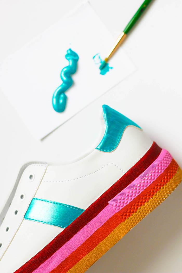 comment décorer les sneakers blanches fille, modèle de baskets blanches décorées avec peintures, cadeau original pour sa meilleure amie