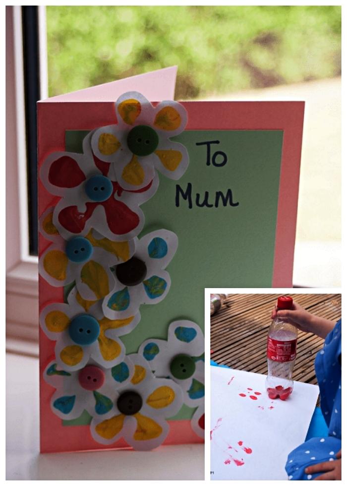 caidée de cadeau fête des mères à fabriquer soi-même, carte fête des mères bicolore avec des fleurs empreintes d'une bouteille en plastique