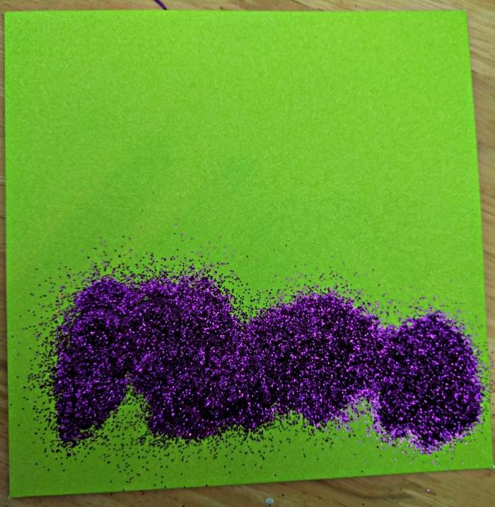 comment faire une carte pour la fête des mères à l'école maternelle, idée de carte personnalisée décorée d'une fleur séchée et d'un message pailleté