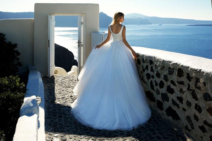 Santorin mariage belle vue de la mer et les iles Grecques, robe de mariee romantique, les modernes princesses, cool idée