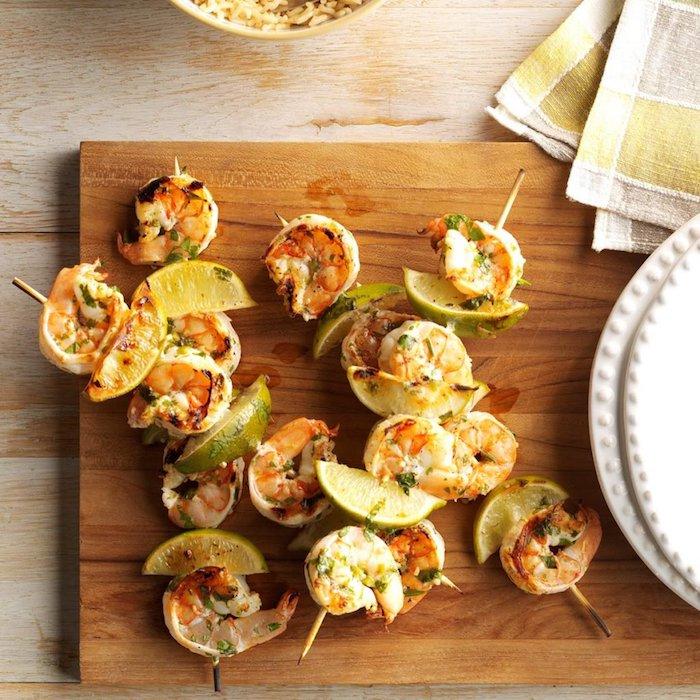 brochette apero dinatoire simple avec des crevettes au beurre et herbes et tranches de citron, recette crevette, idee menu alimentation cétogène