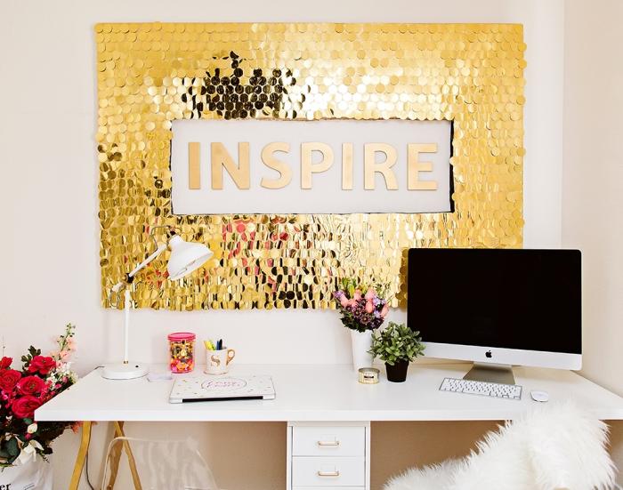 déco murale en lamelles dorées lumineuses, bureau blanc style scandinave, deco mur