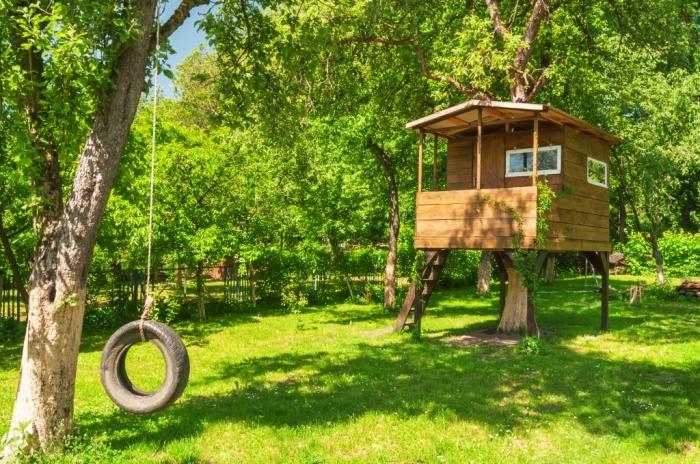 comment faire une cabane sympa pas cher pour son jardin, petite maison de bois avec échelle et toit en bois