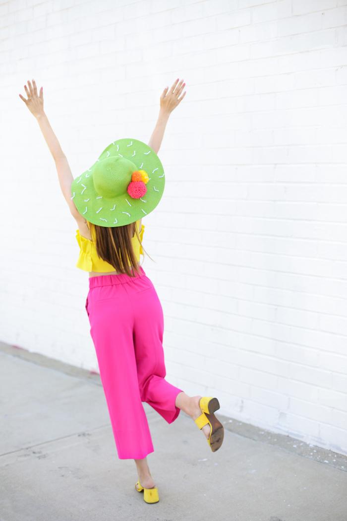 pantalon femme en rose fuschia combiné avec top jaune, cadeau a fabriquer soi meme, exemple de capeline décoré à design cactus