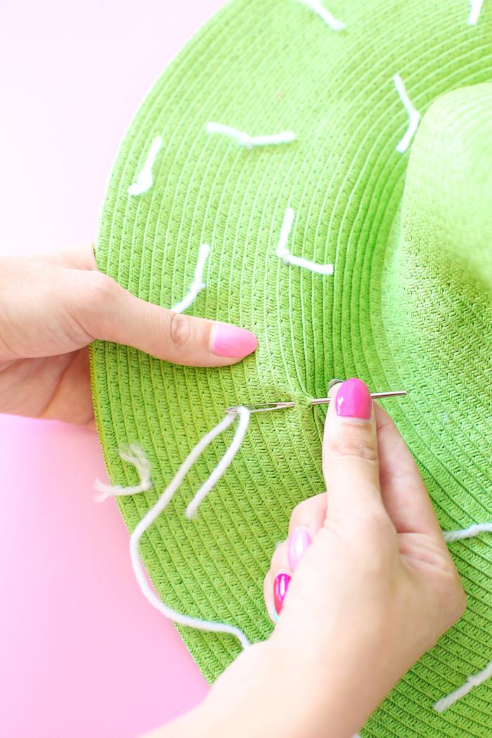 modèle de capeline verte décorée avec fils blancs, cadeau pour la fête des mères, comment faire une capeline cactus