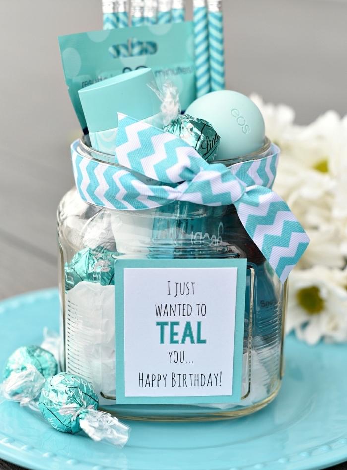 faire un coffret cadeau, cadeau créatif avec friandises et produits de beauté dans un bocal, idée cadeau copine