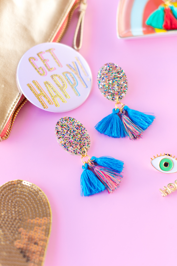 idée bijoux DIY faciles à réaliser soi-même, boucles d'oreilles en résine avec paillettes et glands, idée cadeau anniversaire maman