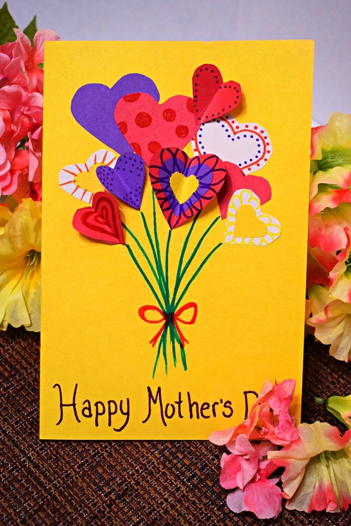 jeu de découpe pour faire une carte de voeux pour la fête des mères, carte bonne fête maman avec des fleurs coeurs en papier