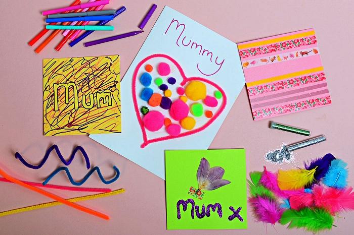 carte pour la fête des mères avec un grand coeur rose en cure-pipe rempli de pompons multicolores, idée activité manuelle facile 3-5 ans à l'occasion de la fête des mères