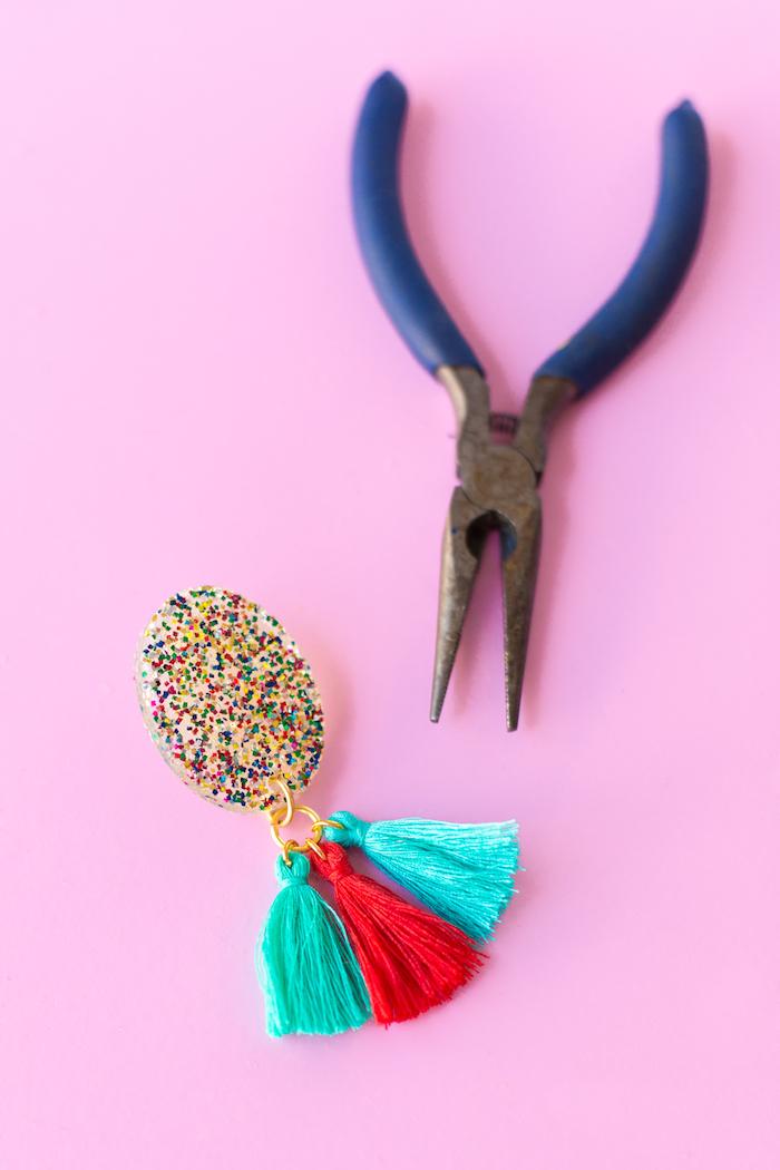 bijoux à faire soi-même, cadeau a fabriquer soi meme, modèle de boucles d'oreilles avec glands turquoise et rouge