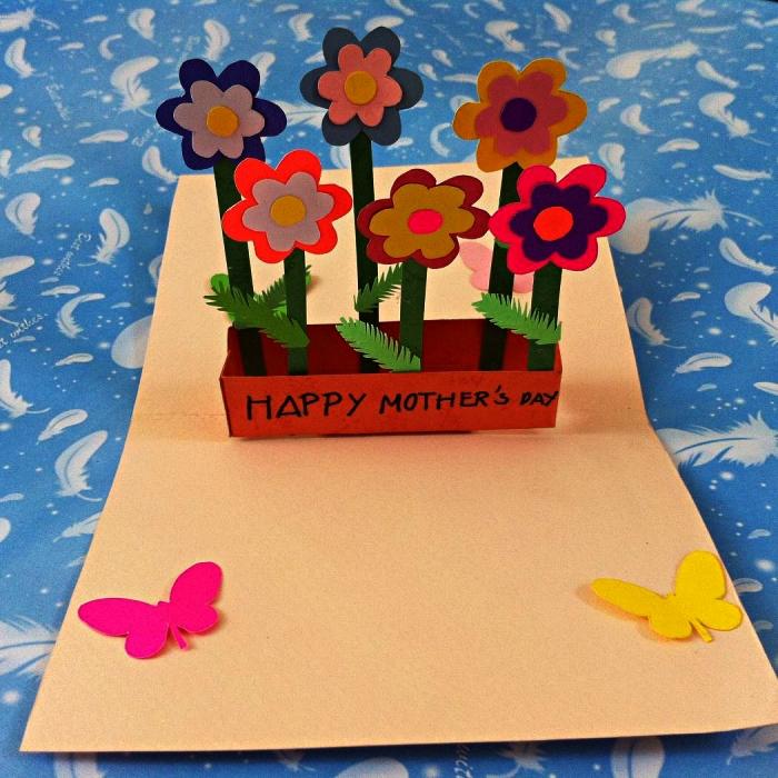 idée de cadeau fête des mères maternelle à faire avec les enfants, carte pop-up faite-maison fleurs en pots, décorée de papillons en papier