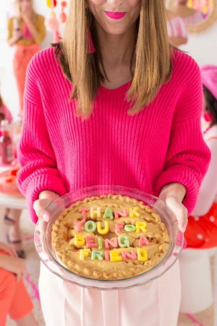 idée cadeau a faire soi meme, modèle de pull over femme en rose fuschia, recette gâteau anniversaire facile