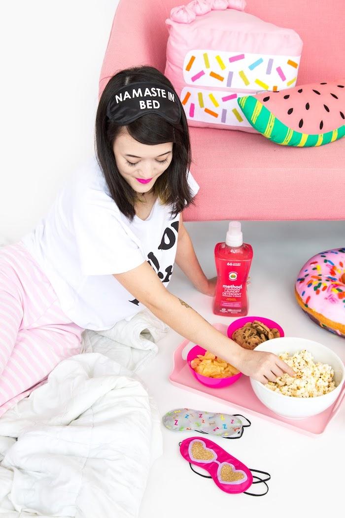masque de sommeil personnalisé avec lettres, décoration chambre fille avec canapé en rose pastel et coussin pastèque, idée cadeau a fabriquer pour femme