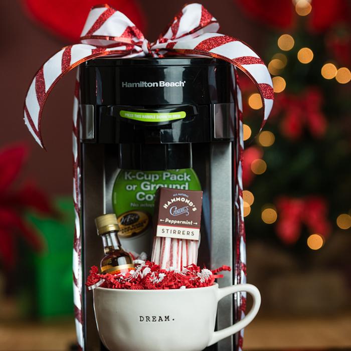 Machine à café et tasse avec choses pour préparer un café délicieux, cadeau fait main, cadeau anniversaire de mariage sur le thème d'amour