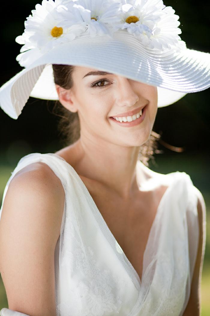 robe blanche, capeline blanche, décorée de fleurs blanches, décolleté triangulaire