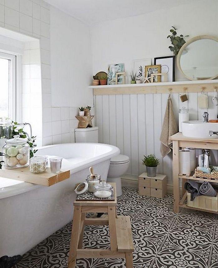 Baignoire salle de bain moderne, salle de bain blanche et bois, intérieur scandinave, bois meubles et carrelage blanche, miroir ronde