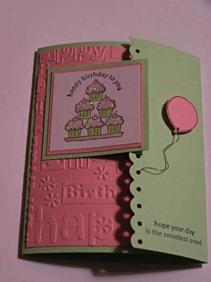 carte anniversaire petite fille en vert et rose à trois volets décorée de mini-carte à motifs cupcakes, carte de voeux scrapbooking en papier embossé